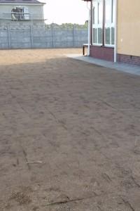 Планировка плодородной почвы под будющий газон