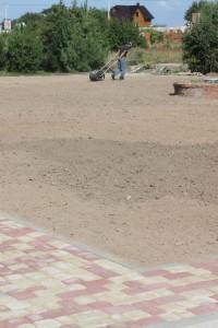 Укатка плодородной почвы под будущий газон
