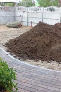 Привоз плодородной почвы под газон
