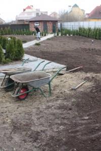 Планировка земли под газон